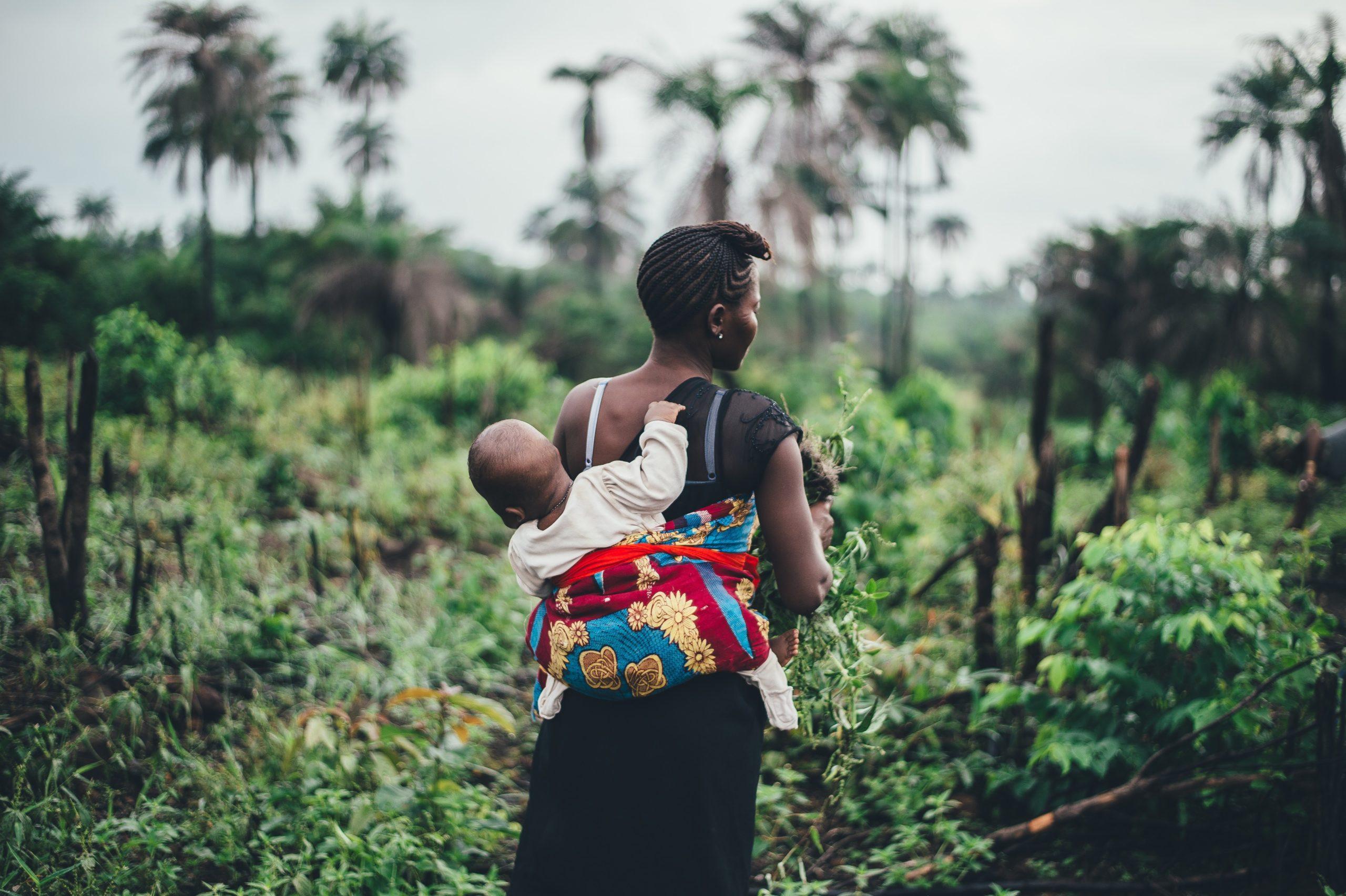 mère d'Afrique portant sont enfant