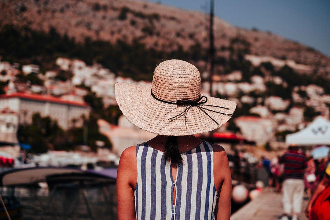 porter une cheveux pour protéger ses cheveux en été
