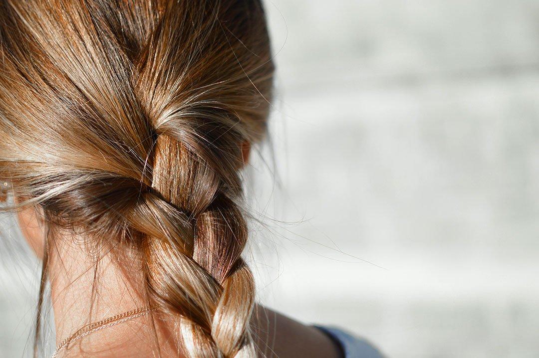 faire un tresse pour protéger ses cheveux du soleil