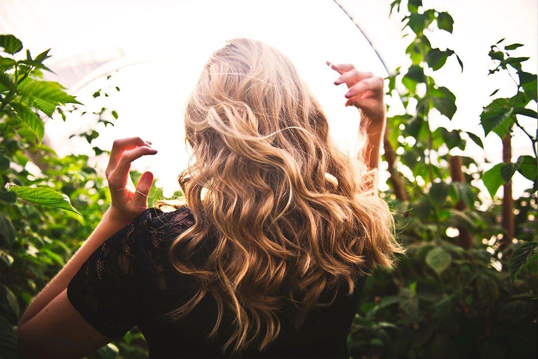 coiffer ses cheveux bouclés avec les doigts