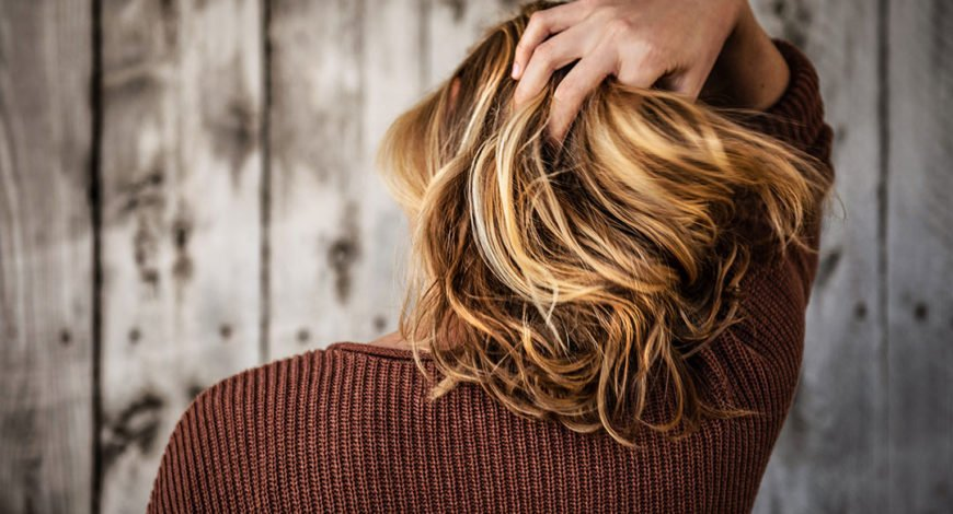 Gommage du cuir chevelu pour lutter contre les démangeaisons
