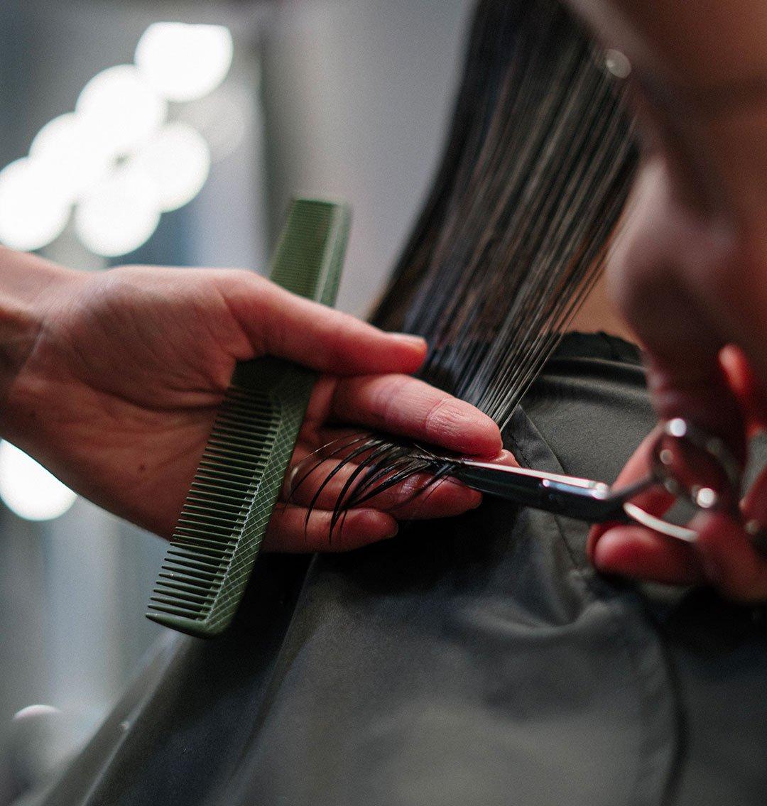Couper les pointes des cheveux colorés